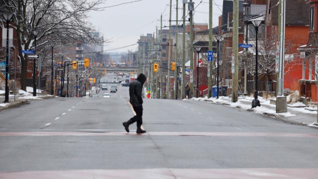 Un piéton traverse l'avenue Bronson.