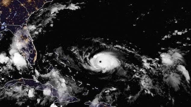 Une vue satellitaire, fournie par l'Agence océanique et atmosphérique fédérale (NOAA), de l'ouragan Dorian.