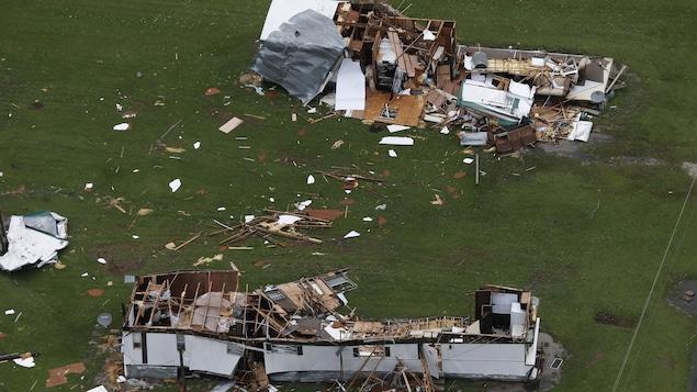 Deux maisons totalement détruites et dépourvues de toitures.