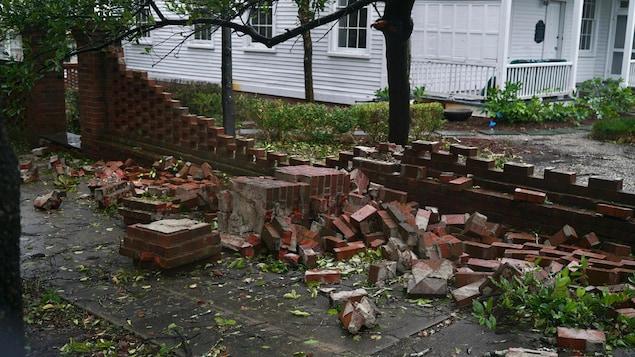 Un mur de brique effondré.