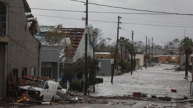 L'ouragan Michael a notamment endommagé des immeubles et inondé une rue de Panama City.