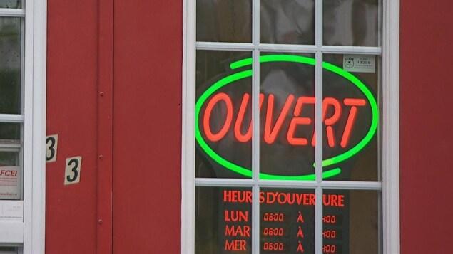 Une affiche lumineuse indique qu'un commerce est ouvert