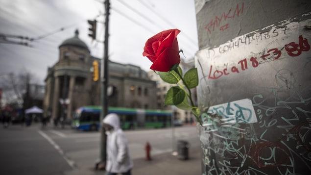 Une rose à la mémoire de personnes mortes d'une surdose dans le quartier Downtown Eastside, à Vancouver.
