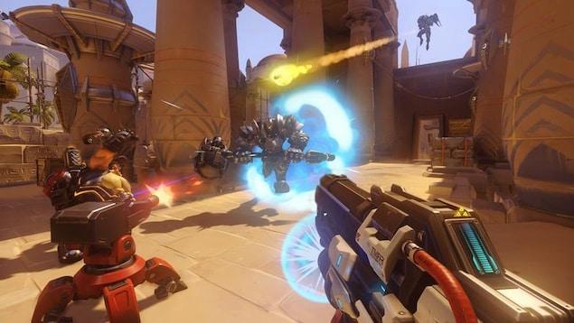 Scène de combat entre des personnages du jeu Overwatch