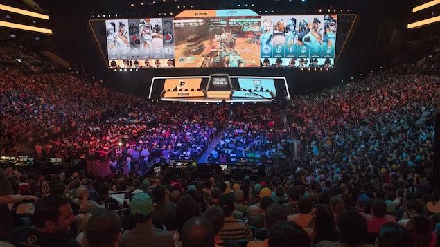 Des partisans rassemblés dans un stade regardent la finale de la première saison de l'Overwatch League.