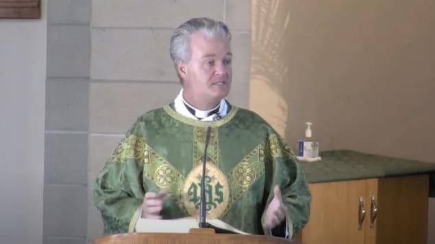 Le prêtre Owen Keenan pendant la messe.