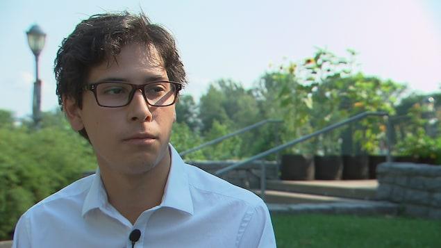 Pablo Roy-Rojas répond aux questions de la journaliste Marie-Maude Pontbriand, de Radio-Canada, à Québec.