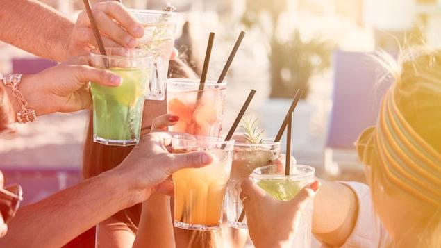 Six verres colorés avec des pailles