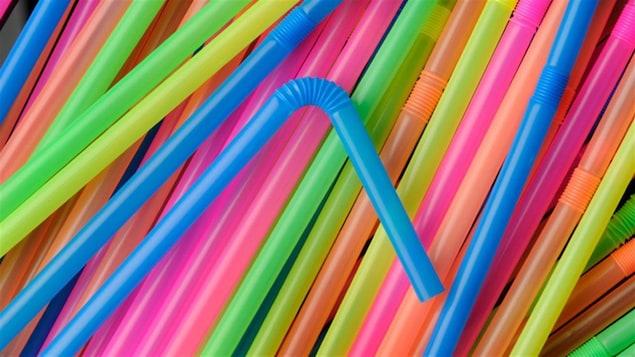 Des pailles multicolores