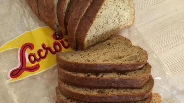 Des tranches de pain sur un sac Lacroix.