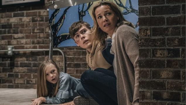 Paisley Cadorath (à gauche), Gage Munroe et Connie Nielsen dans le film Nobody.