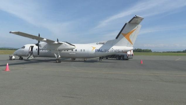 Un avion du transporteur sur la piste.