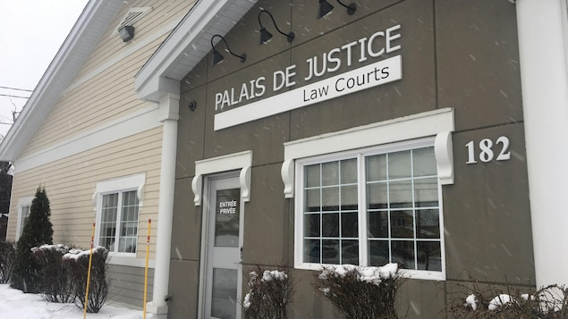 La façade du palais de justice en hiver