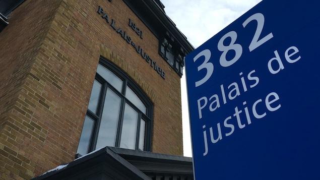 Une pancarte devant le palais de justice de Matane.