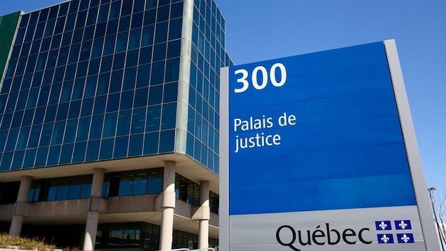 Affiche du palais de justice de Québec photographiée au printemps 2016.