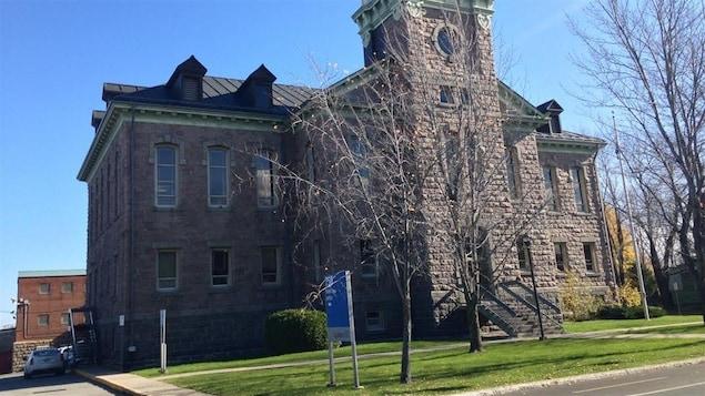 Le palais de justice de Roberval se dresse sous un ciel bleu.