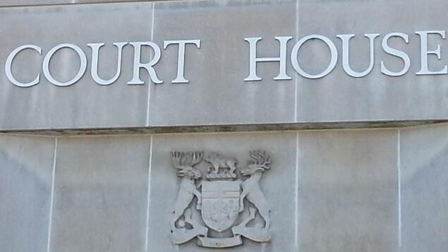 Enseigne du palais de justice dans le Grand Sudbury.