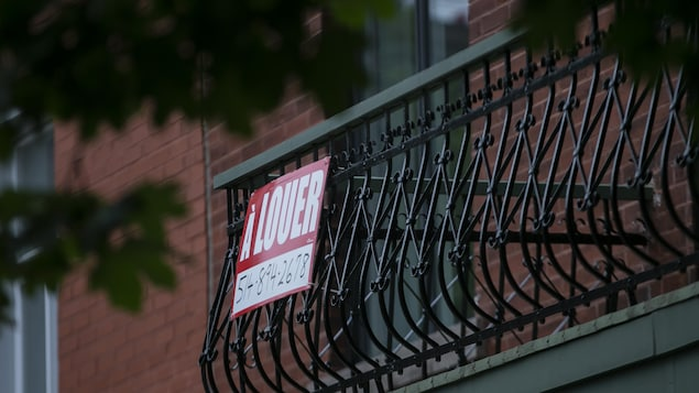 Affiche «à louer» sur un balcon.