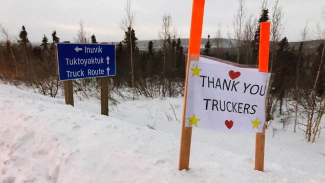 Des pancartes « Merci aux camionneurs » installées le long de la route Dempster par des résidents d'Inuvik.