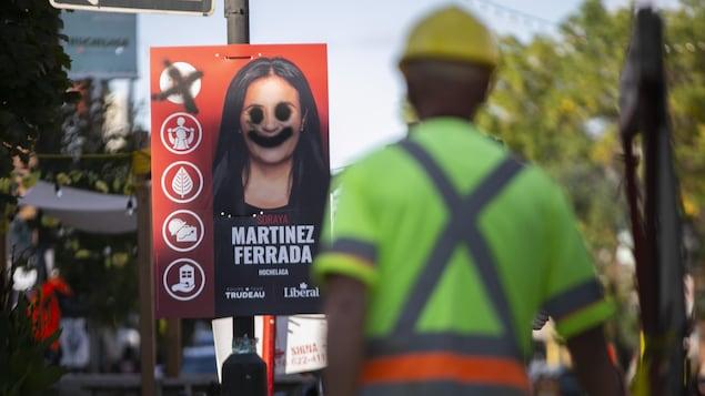 Sur la pancarte, les yeux de la candidate ont été noircis, de même que sa bouche, qui arbore le sourire du « Joker ».