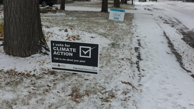 Une pancarte plantée dans le sol qui fait la promotion des politiques environnementales.