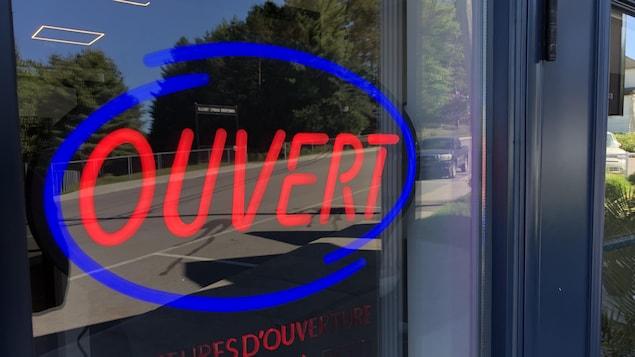 Une pancarte lumineuse dans la fenêtre d'un restaurant.