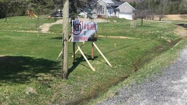 Une affiche sur laquelle il est écrit «Non à la voie de contournement».