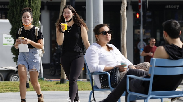 Des personnes marchent dans une rue à Tel-Aviv, le 18 avril 2021.