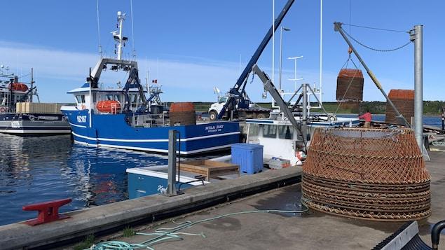 Un bateau de pêche amarré à un quai.