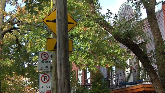 Un panneau de dos d'âne caché derrière un poteau sur une rue de Rosemont-La Petite-Patrie, à Montréal.