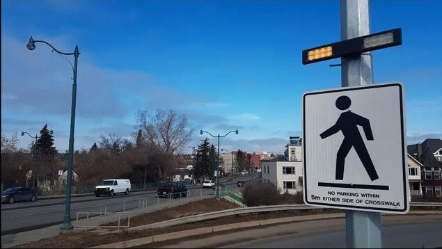 Gros plan sur un panneau clignotant pour piétons dans la ville de Calgary.