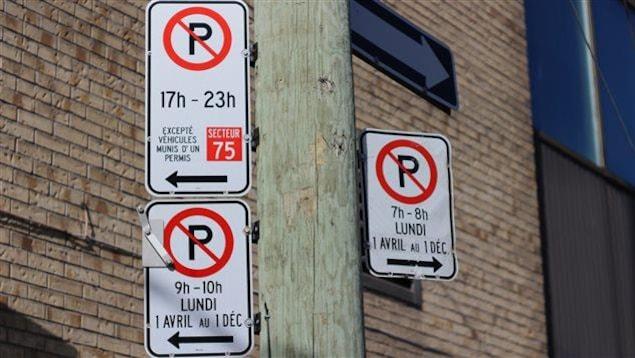 Des panneaux de stationnement à Montréal