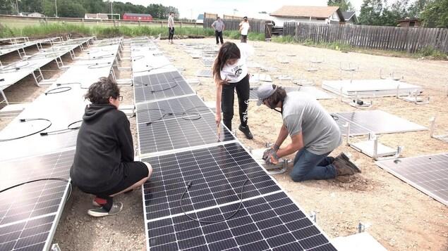 Des élèves du secondaire d'Ile-a-la-Crosse installent des panneaux solaires.