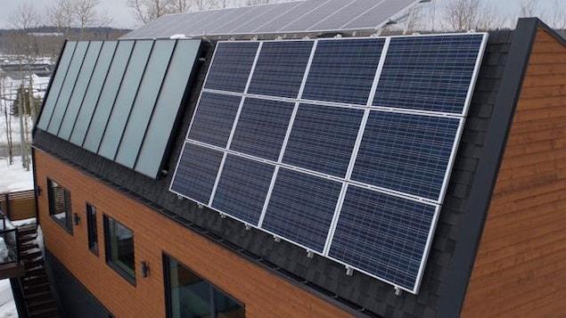Des panneaux solaires ont installés sur le toit d'une maison.