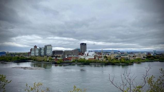 La ville de Gatineau de l'autre côté de la rivière des Outaouais.