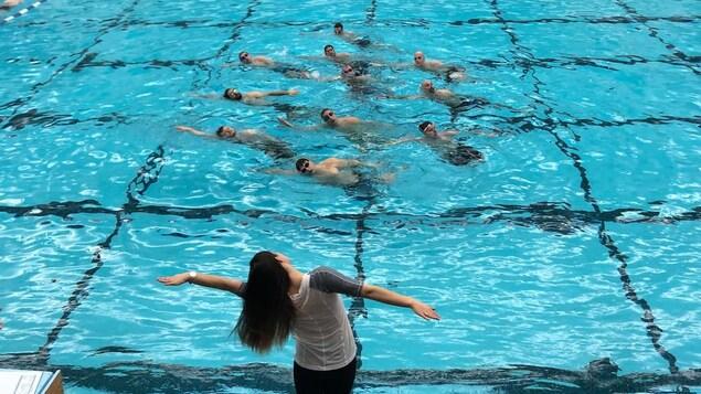 Des hommes nagent.