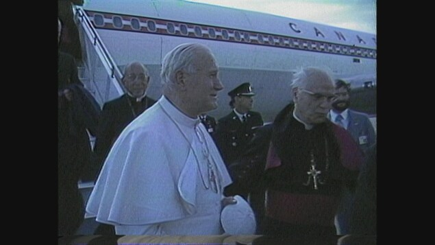 Le pape Jean-Paul II, à sa descente de l'avion papal.