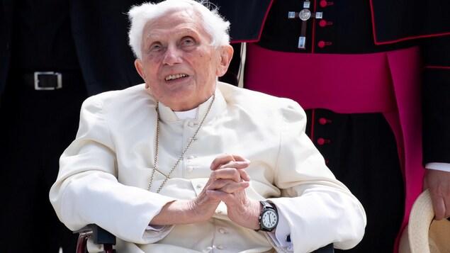 Le pape Benoit 16 assis dans un fauteuil roulant.