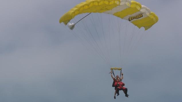 Un homme saute en parachute