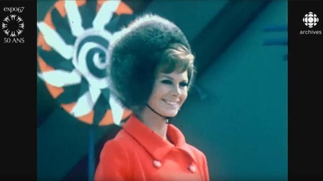 Mannequin défilant dans un défilé de mode en plein air à l'Expo 67