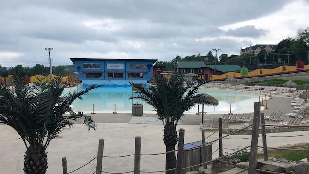 La piscine à vagues déserte