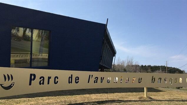Le bâtiment et l'enseigne à l'accueil du parc de Trois-Pistoles.