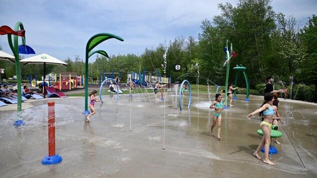 Des enfants au parc d'eau à Dieppe au Nouveau-Brunswick.