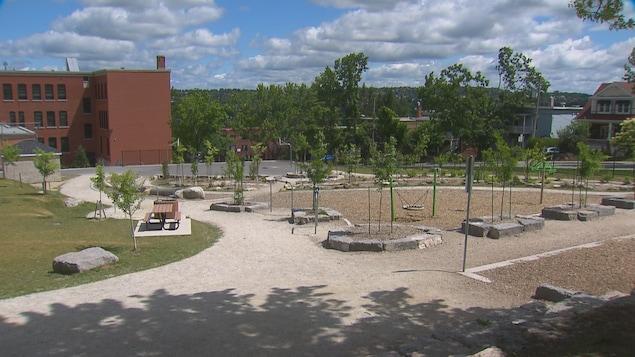Le parc d'une école.