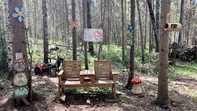 Un parc pour enfants dans la forêt.