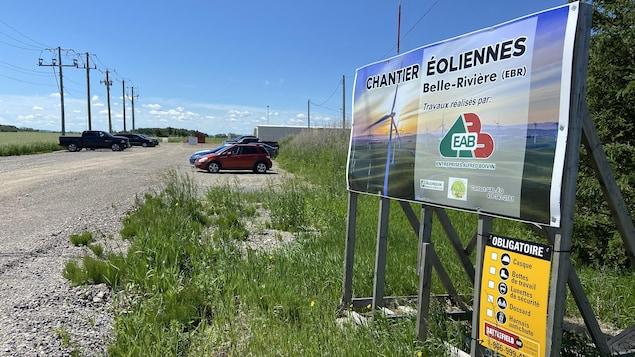 Une affiche à l'entrée du chantier d'éoliennes.