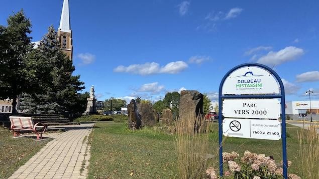 Un parc est situé près de l'église à Dolbeau-Mistassini.
