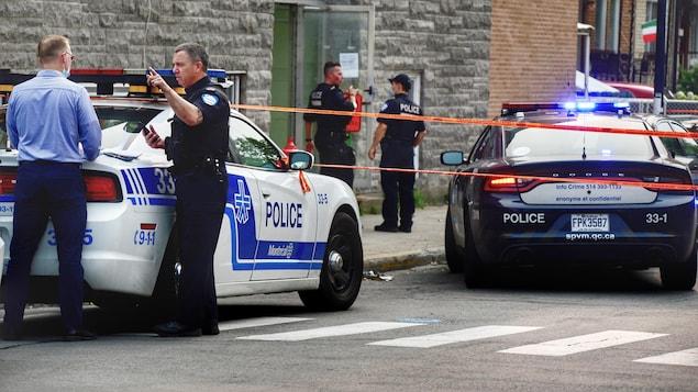 Des policiers et des véhicules de police