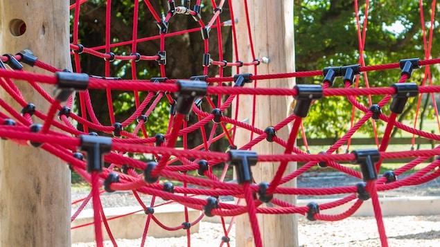 Gros plan sur une structure de jeux dans un parc.