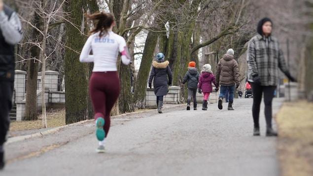 Des coureurs et des marcheurs sur un chemin asphalté réservé aux piétons, le long du parc La Fontaine.